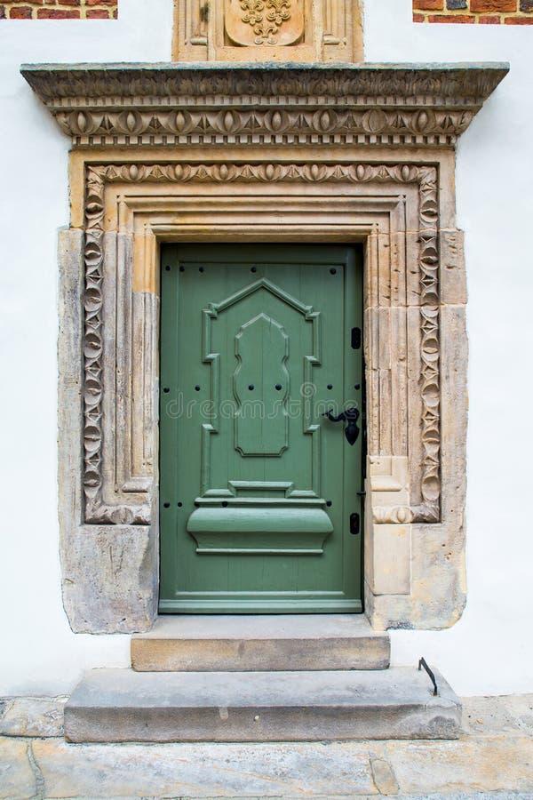 Portas de madeira verdes velhas fotos de stock royalty free