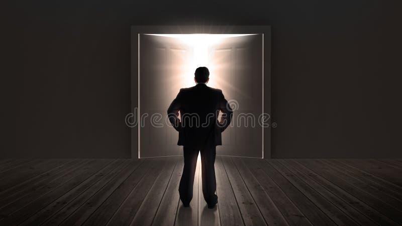 Portas de observação do homem de negócios que abrem a uma luz brilhante fotos de stock royalty free