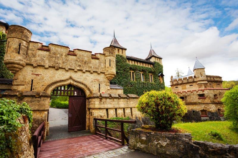 Portas de Schloss Lichtenstein ao castelo, Alemanha imagens de stock royalty free