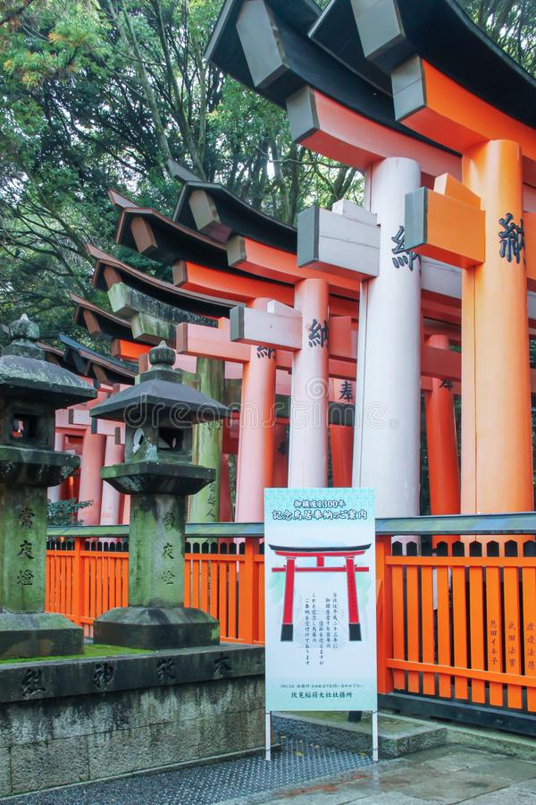 Portas de Torii ao santuário de Fushimi Inari Taisha fotos de stock royalty free