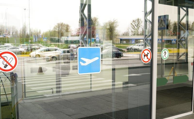 Portas de vidro do terminal de aeroporto foto de stock royalty free