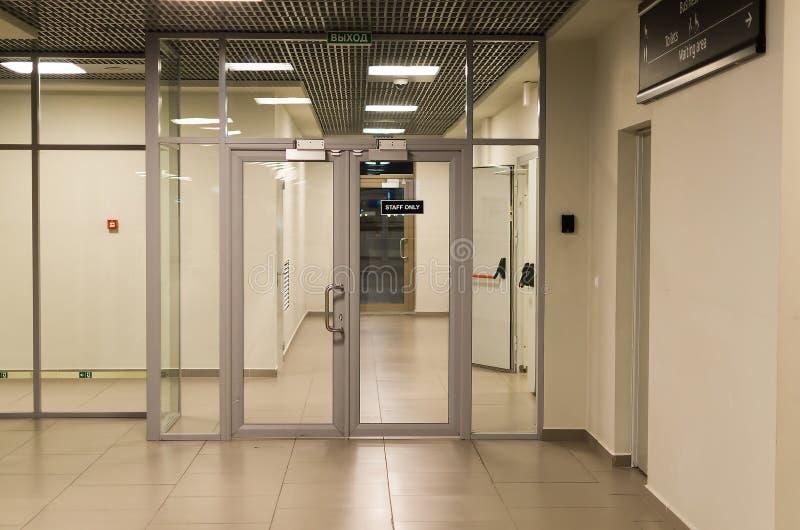 Portas de vidro no aeroporto para o material foto de stock royalty free
