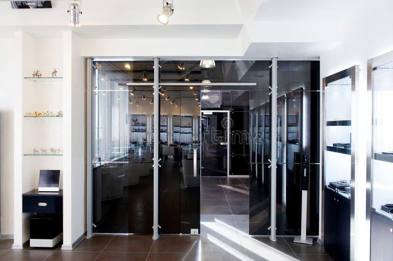 Portas de vidro no escritório novo imagens de stock royalty free