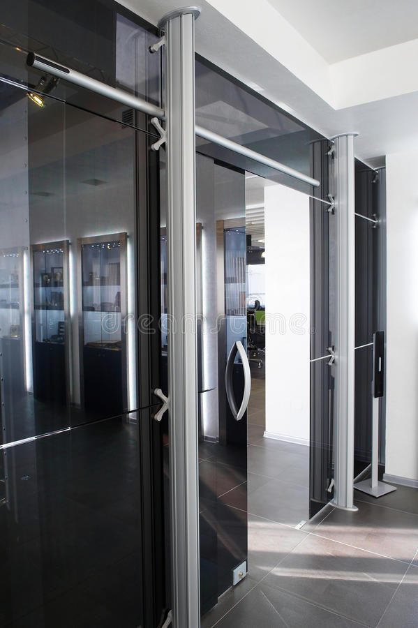Portas de vidro no escritório novo imagem de stock royalty free