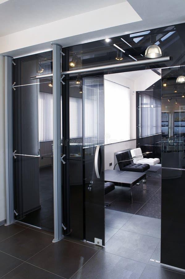 Portas de vidro no escritório novo imagens de stock