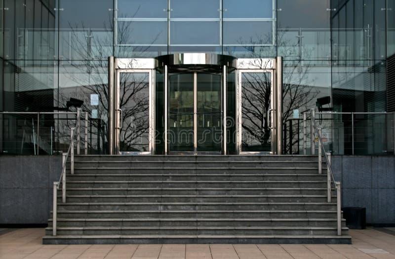 Portas de vidro revolvendo do escritório imagens de stock royalty free
