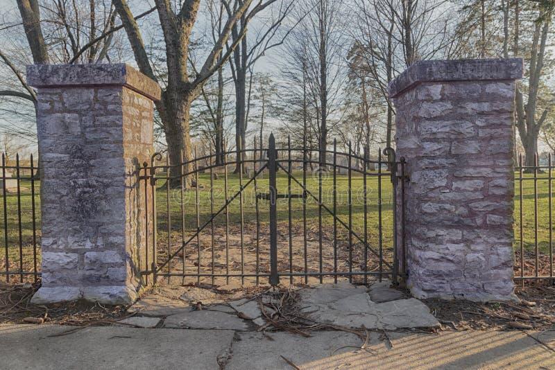 Portas do cemitério do ferro fotografia de stock royalty free