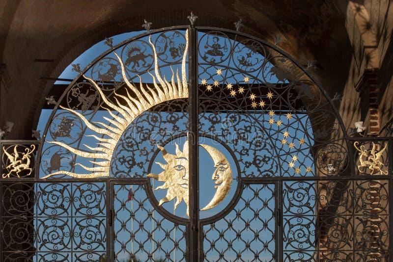 Portas do deko da cidade Tartaristão, do sol e da lua de kazan da torre de Suyumbike fotos de stock royalty free