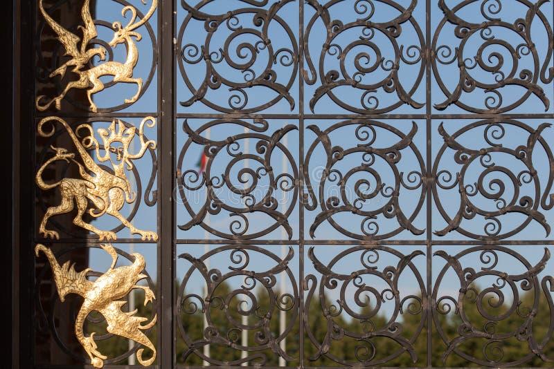 Portas do deko da cidade Tartaristão, do sol e da lua de kazan da torre de Suyumbike imagem de stock royalty free