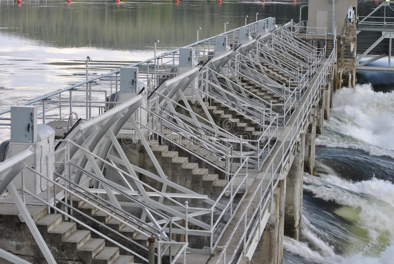 Portas do derramamento da represa do rio fotografia de stock royalty free