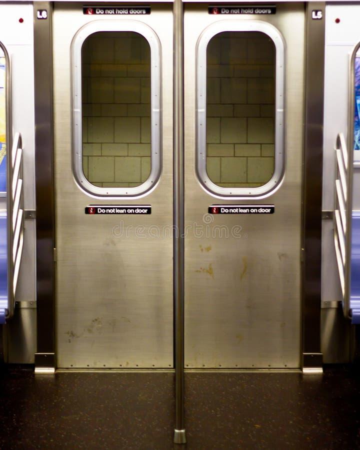 Portas do metro de New York City do interior de um carro imagens de stock royalty free