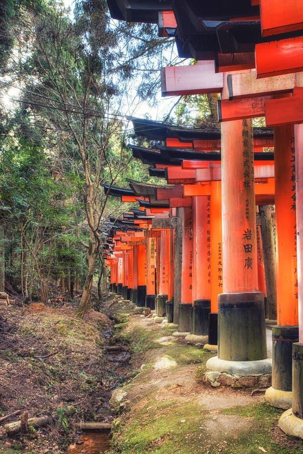 Portas do torii do santu?rio de Fushimi Inari Taisha em Kyoto, Jap?o imagem de stock