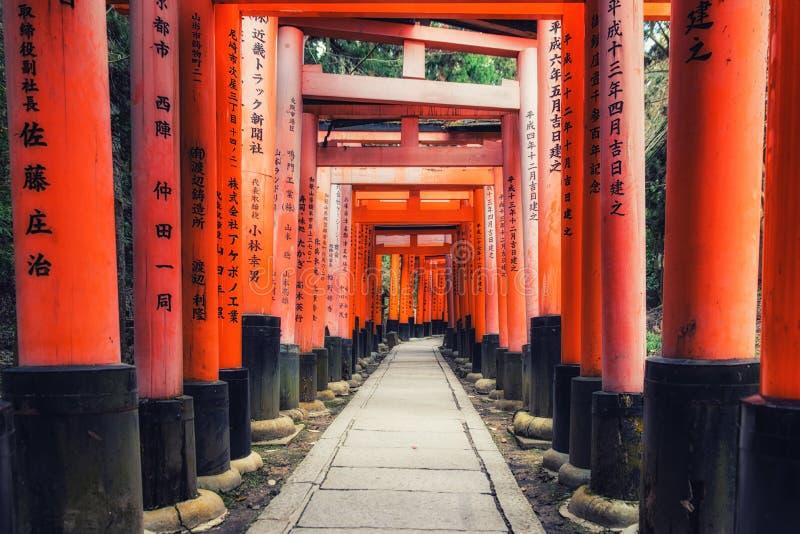 Portas do torii do santu?rio de Fushimi Inari Taisha em Kyoto, Jap?o imagens de stock royalty free