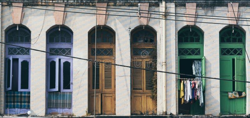 Portas e janelas coloniais do balcão do estilo no distrito velho da cidade de Yangon, Myanmar imagem de stock