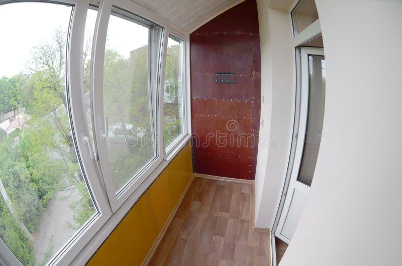 portas e janelas do Metal-plástico na loggia ou no balcão Foto de Fisheye imagens de stock royalty free