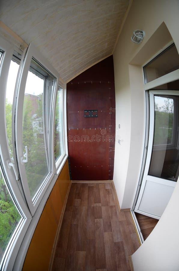portas e janelas do Metal-plástico na loggia ou no balcão Foto de Fisheye fotografia de stock