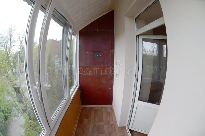 portas e janelas do Metal-plástico na loggia ou no balcão Foto de Fisheye foto de stock royalty free