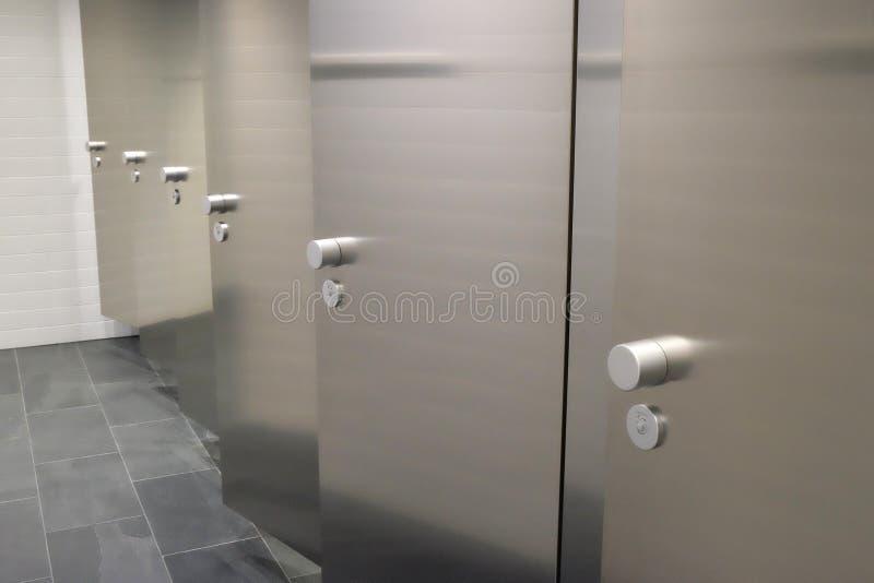 Portas em um toalete público foto de stock