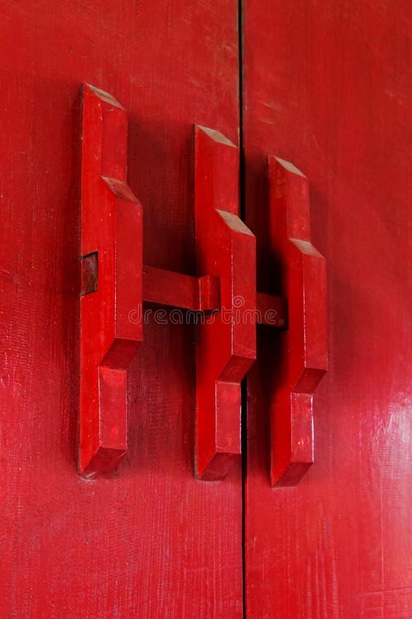 portas fechados de madeira da pintura vermelha, patt chinês do estilo tradicional fotos de stock