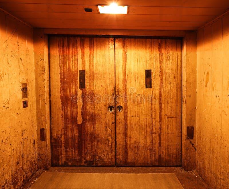 Portas fechados velhas e oxidadas do elevador foto de stock