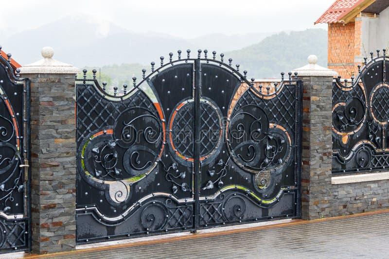 Portas luxuosas do ferro forjado fotografia de stock royalty free