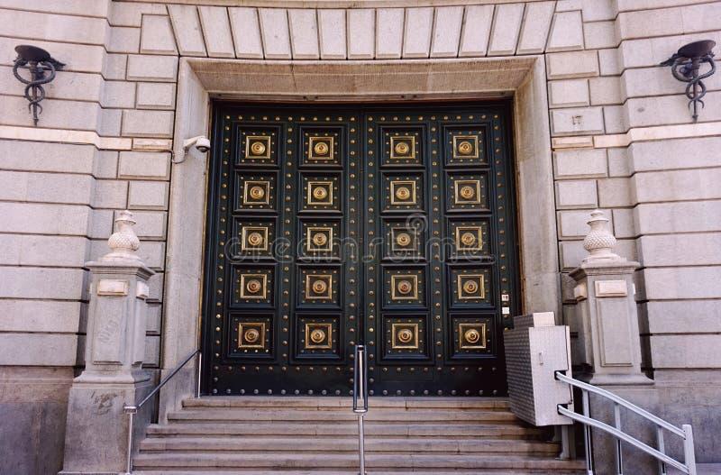 Portas maciças na entrada à construção foto de stock royalty free