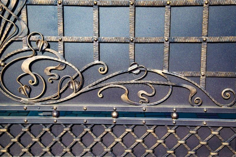 Portas magníficas do ferro forjado, forjamento decorativo, close-up forjado dos elementos imagens de stock royalty free