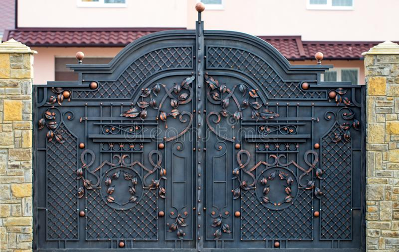 portas magníficas do ferro forjado, forjamento decorativo, eleme forjado foto de stock