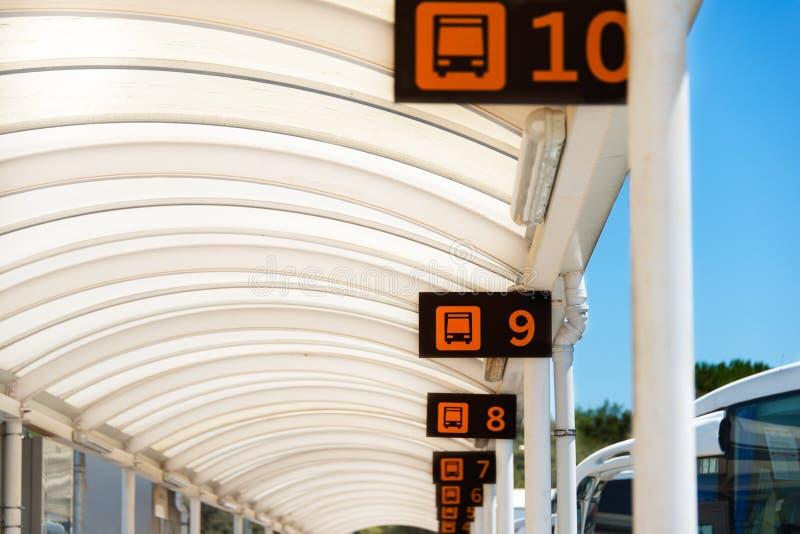 Portas na estação de ônibus imagens de stock royalty free