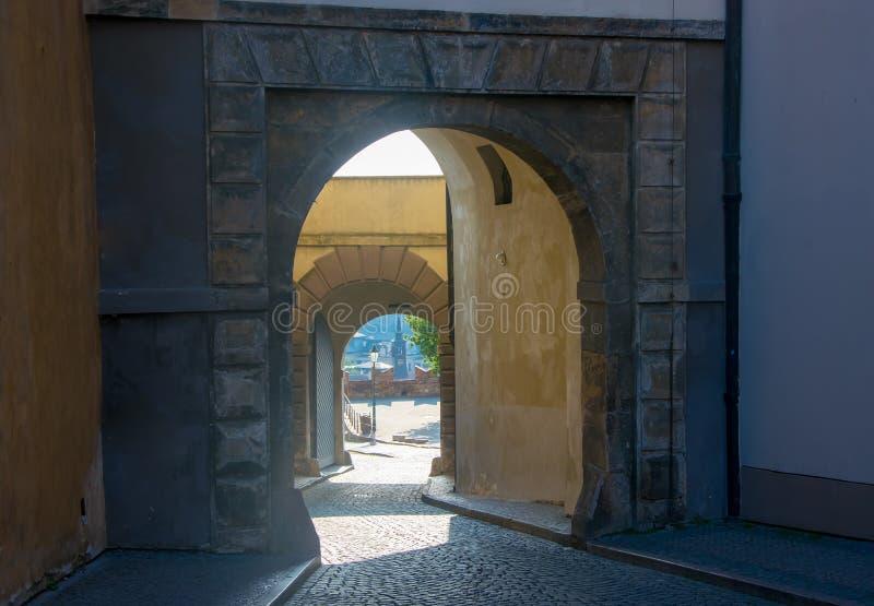 Portas na torre preta do castelo de Praga na manhã na cidade velha de Praga, República Checa foto de stock royalty free