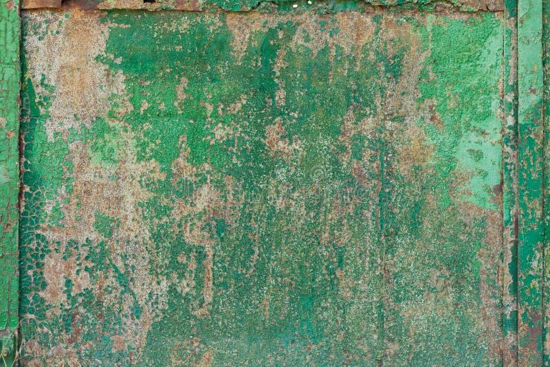 Portas oxidadas velhas com pintura verde foto de stock