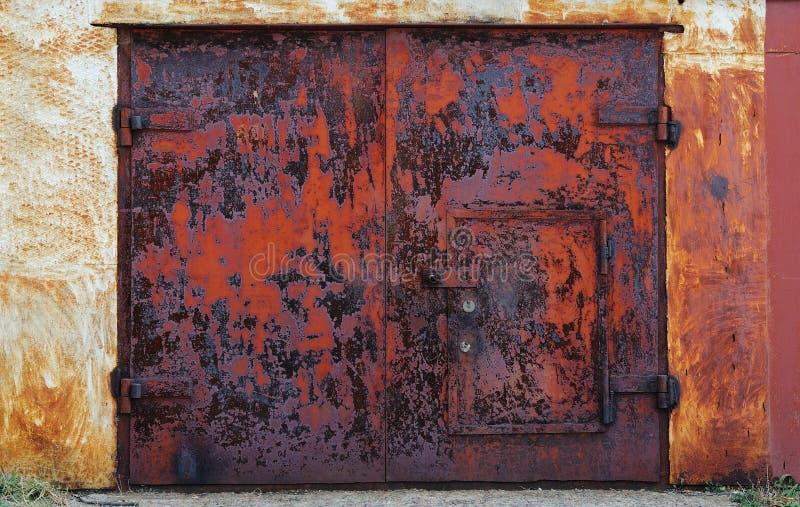 Portas oxidadas velhas da garagem fechadas imagem de stock royalty free