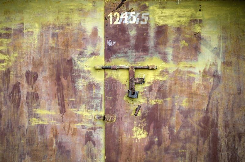 Portas oxidadas velhas da garagem fechadas imagens de stock