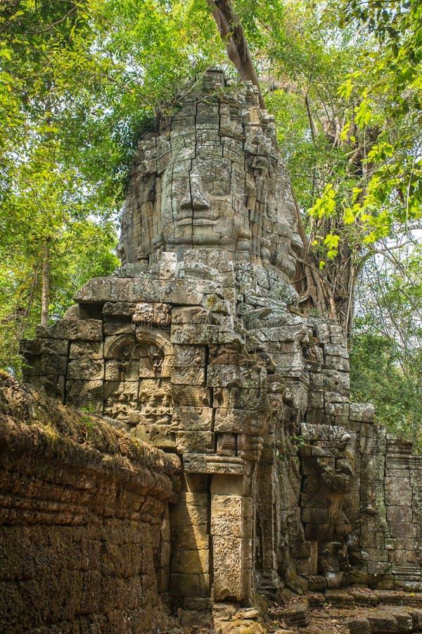 Portas pelo templo antigo de Ta Prohm em Angkor Wat foto de stock