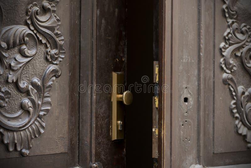 Portas, punhos, fechamentos, estrutura e janelas velhos fotografia de stock
