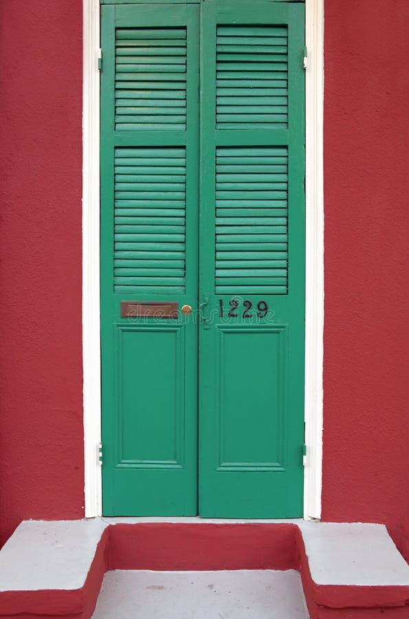 Portas recentemente pintadas velhas no bairro francês perto da rua de Bourbon em Nova Orleães, Louisiana foto de stock