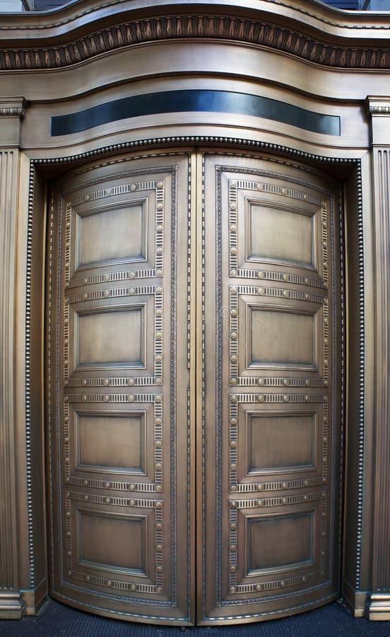 Portas revolvendo de bronze grandes do banco acima perto fotos de stock