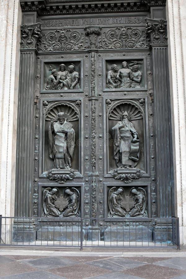 Portas velhas da catedral de Isaacs de Saint em St Petersburg, Rússia imagem de stock
