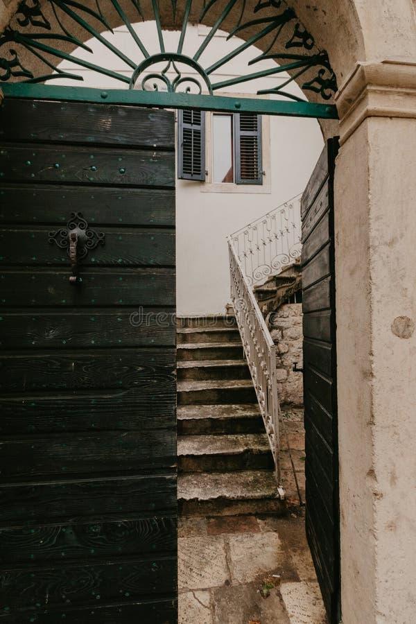 Portas verdes velhas que conduzem ao pátio fotografia de stock royalty free