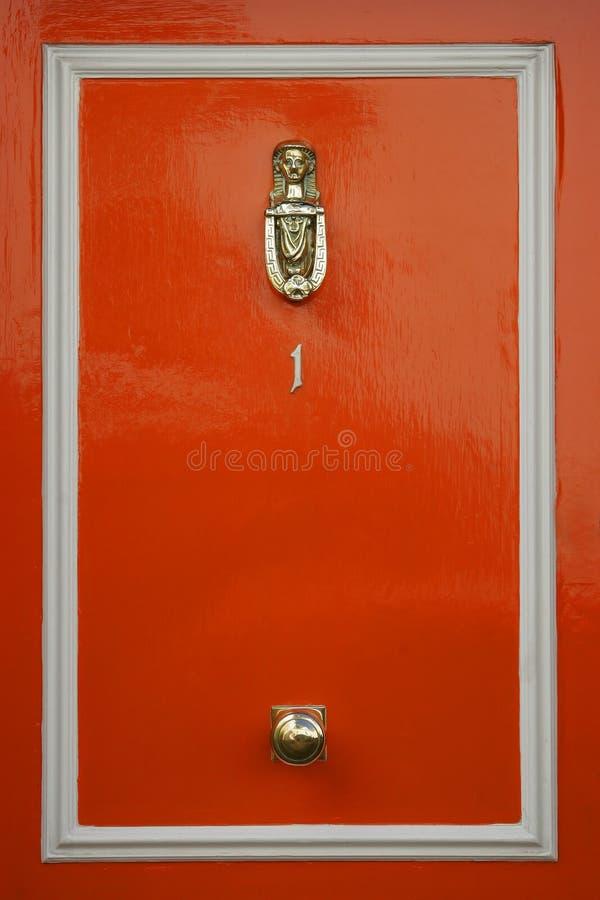Portas vermelhas com aldrava de porta imagens de stock
