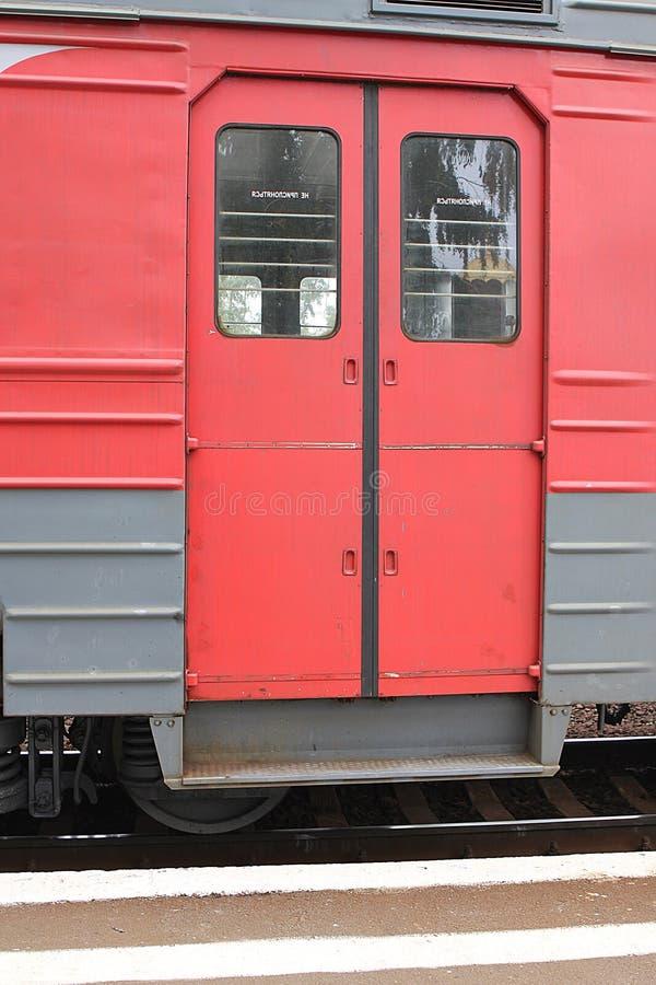Portas vermelhas de um transporte de um trem bonde na plataforma fotografia de stock