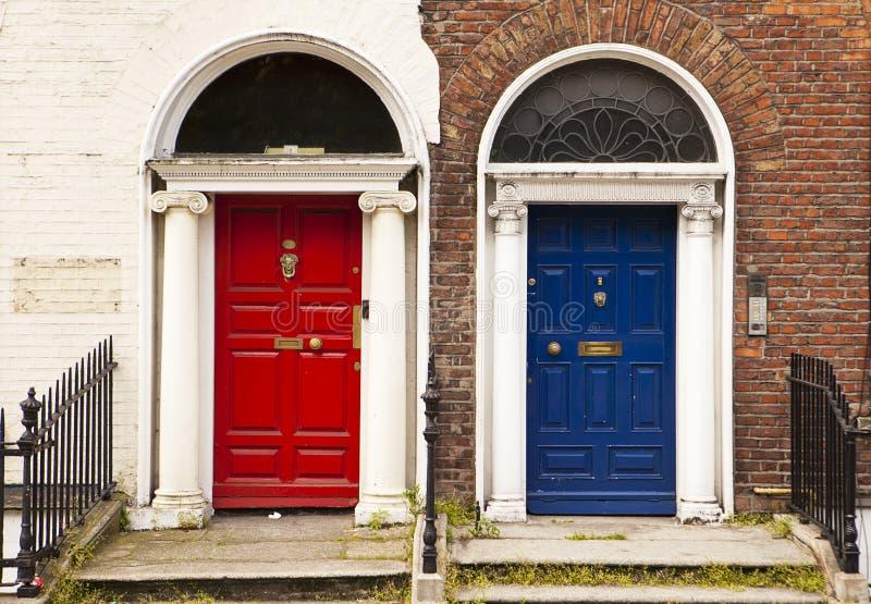 Portas vermelhas e azuis fotografia de stock