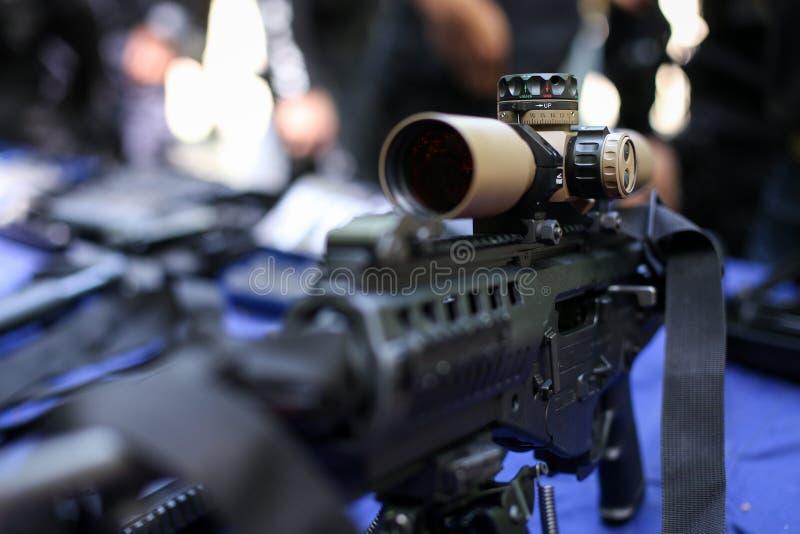 Portata su un fucile di assalto tattico immagine stock