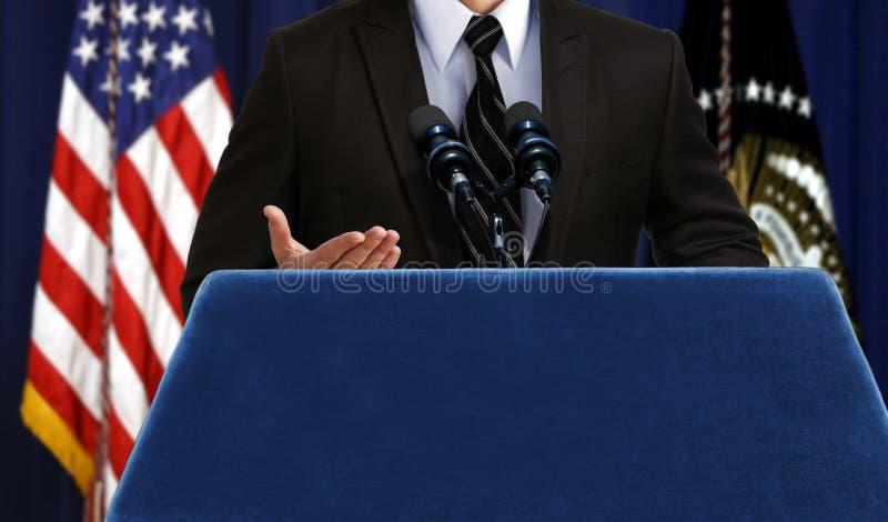 Portavoce che dà un annuncio di discorso alla conferenza stampa immagini stock
