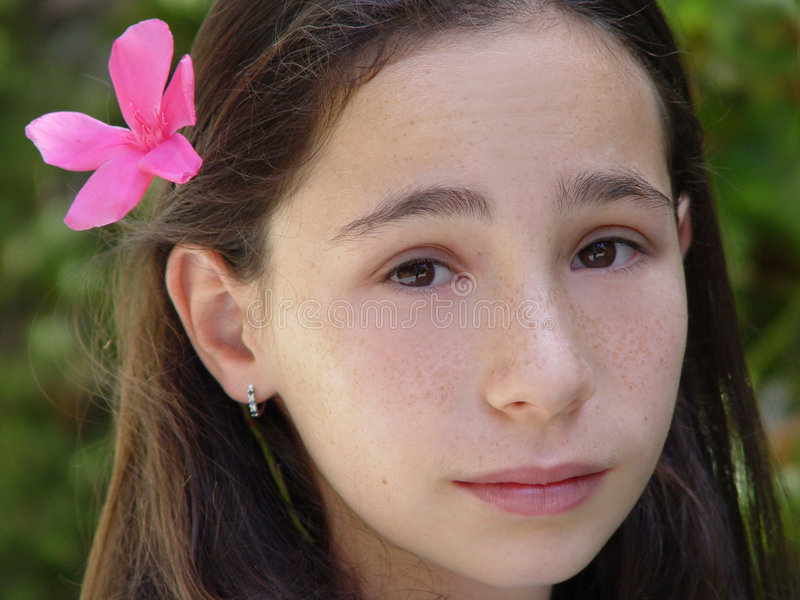 Porte à côté de fille images libres de droits