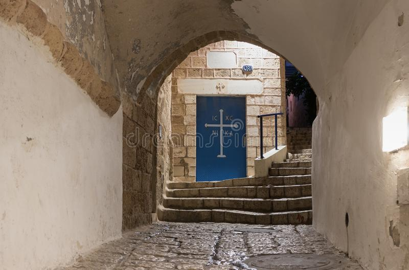 Porte à l'église grecque de St Michael sur les signes de ruelle du zodiaque la nuit dedans sur la vieille ville Yafo dans le télé images stock