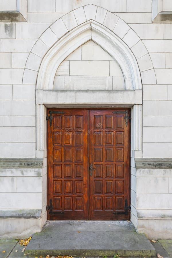 Porte à l'église historique images stock