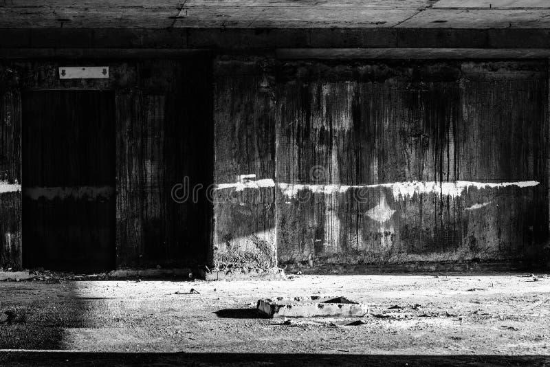 Porte à l'enfer dans le bâtiment abandonné photos stock