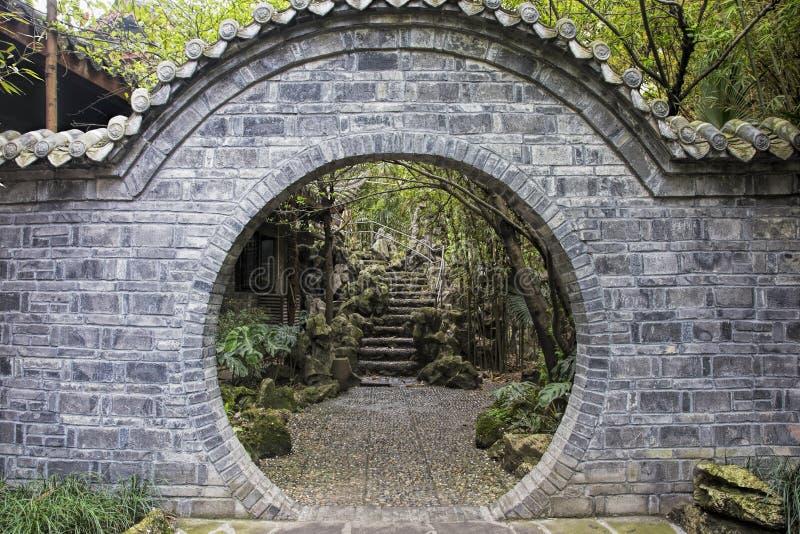 Porte à l'intérieur du parc du ` s de personnes à Chengdu, Chine photos libres de droits