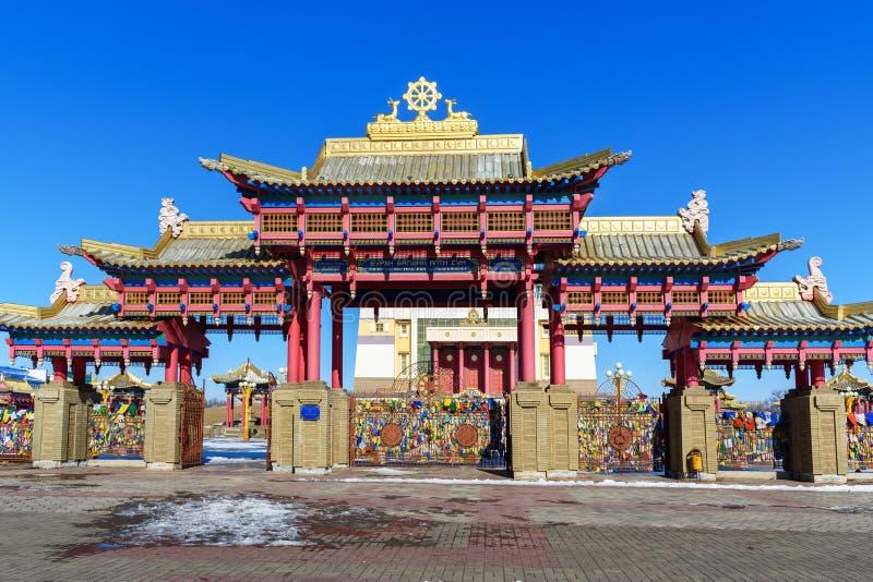 Porte à la demeure d'or complexe bouddhiste de Bouddha Shakyamuni au printemps Elista Russie photographie stock libre de droits